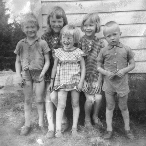 Kuvassa sisarukset Kyösti, Pirjo, Paula, Päivi ja Keijo Vatanen Tohmajärven Halkovaarassa 1960 -luvun puolessavälissä.