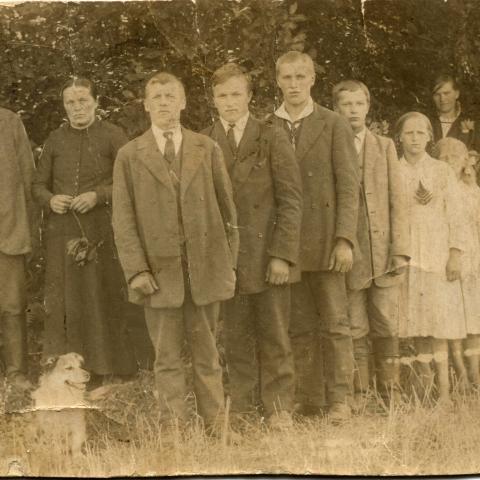 Tuupovaaran Kakravaaran Vatasia. Juho ja Riitta os. Karjunen sekä lapset Pekka, Otto, Aatu, Anna, Aino, Helmi ja Antti Vatanen Kiteen Potoskavaarassa vuonna 1917.