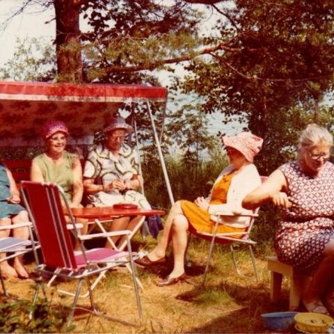 Anneli Saarisen lähettämä kuva 70-luvulta. Kuvassa on Silja Vatasen tyttäriä viettämässä kesälomaa Manamansalossa.